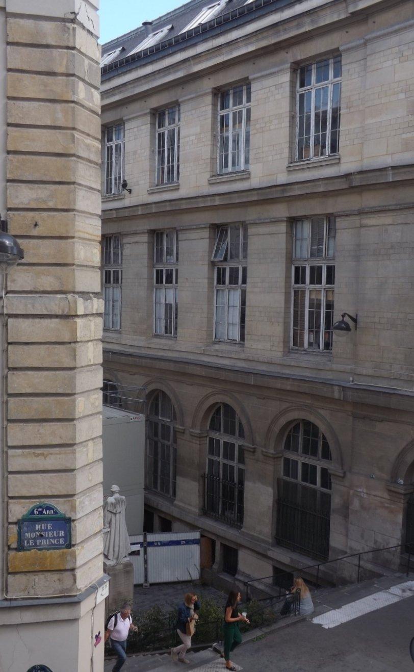 vue par fenêtre rue monsieur le prince